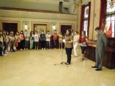 María Dolores Sánchez saluda a los profesores y estudiantes que participan en el proyecto  1, 2, 3 Mí Música te enseñaré