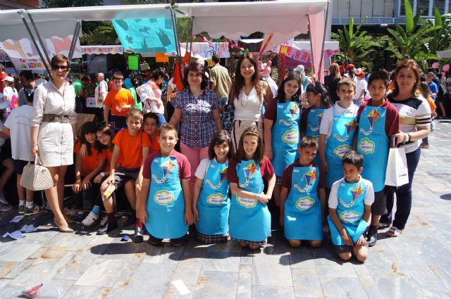 Los alumnos del Colegio Reina Sofía y el IES Prado Mayor promocionan los productos de sus jóvenes empresas en el Minimarket organizado en Murcia, Foto 2