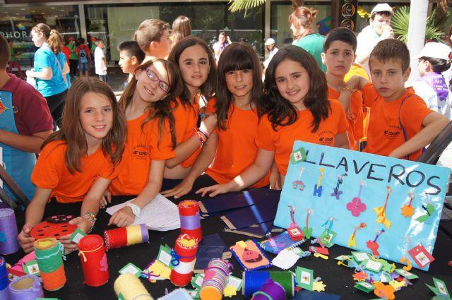 Los alumnos del Colegio Reina Sofía y el IES Prado Mayor promocionan los productos de sus jóvenes empresas en el Minimarket organizado en Murcia, Foto 3