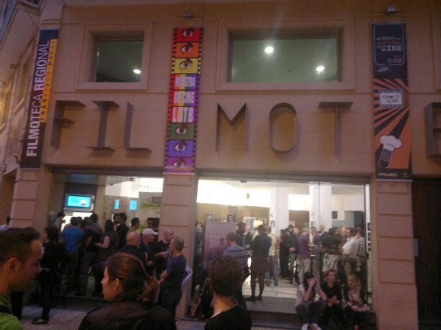 El Colectivo No te prives entrega en la clausura de la VIII Muestra de Cine LGTB su primer premio Pluma de Plata - 1, Foto 1