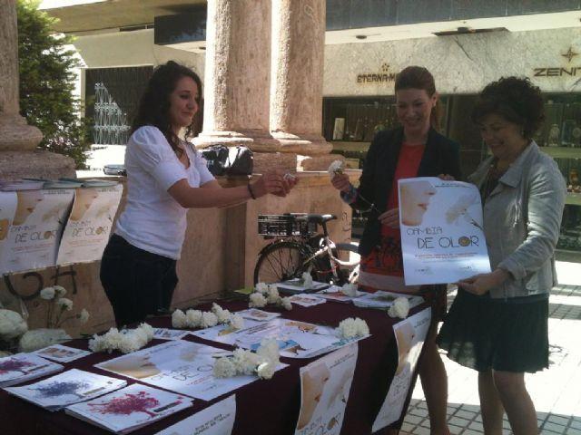 El Ayuntamiento de Lorca cambia cigarrillos por cientos de claveles en el Día Mundial sin Tabaco bajo el lema Cambia de olor - 1, Foto 1