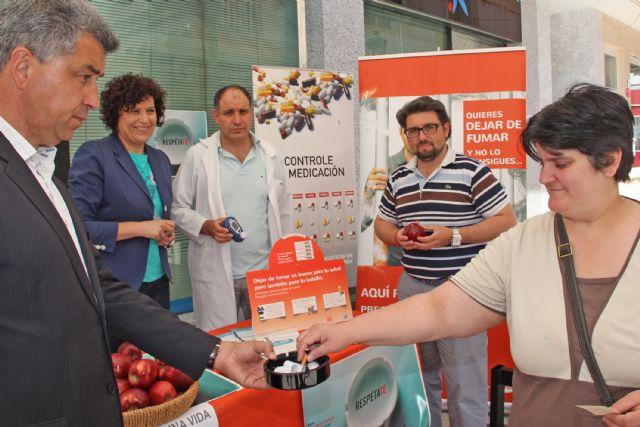 Piezas de fruta y bonos para el Centro Deportivo a cambio de cigarrillos para celebrar el Día Mundial Sin Tabaco - 1, Foto 1