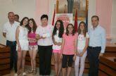 Entrega de cheques beneficos por el musical 'Annie' en Alcantarilla