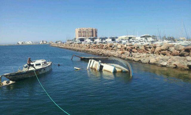 Protección Civil, Capitanía Marítima y SASEMAR descontaminan y trasladan un barco siniestrado en Playa Chica de La Manga - 1, Foto 1