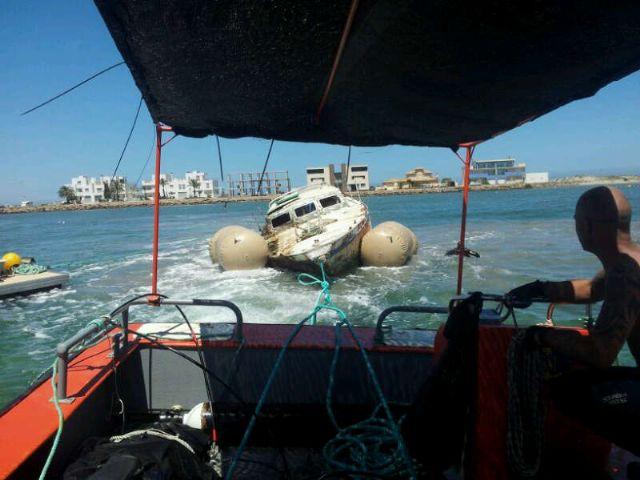 Protección Civil, Capitanía Marítima y SASEMAR descontaminan y trasladan un barco siniestrado en Playa Chica de La Manga - 2, Foto 2