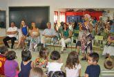 Los Mayores de San Javier visitan la Escuela de Verano para compartir con los niños 'un día de circo'