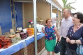 La II Muestra de Artesanos incluye talleres y una gran variedad de productos frente a la playa Colón de Santiago de la Ribera