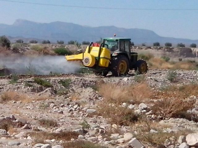 There are works of disinfestation and fumigation in Guadalentin riverbed to prevent mosquito infestation during the summer