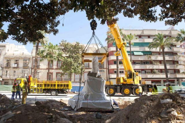 El monumento de Isidoro Maiquez ya luce en su nueva ubicación - 1, Foto 1