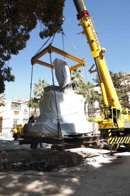 El monumento de Isidoro Maiquez ya luce en su nueva ubicación - 3, Foto 3