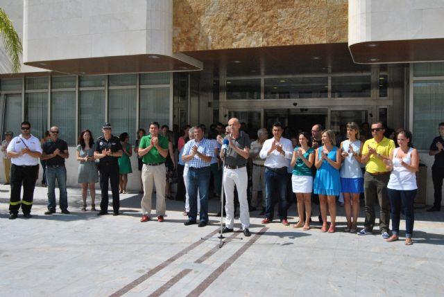 San Javier El Ayuntamiento De San Javier Guarda Un Minuto De Silencio En Memoria De Las Víctimas Del Accidente De Santiago Murcia Com