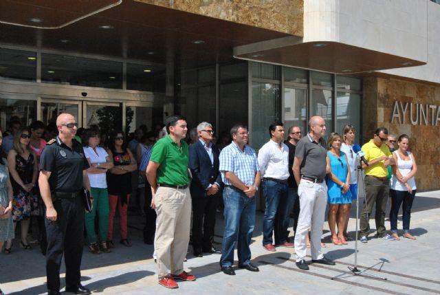 El Ayuntamiento de San Javier guarda un minuto de silencio en memoria de las víctimas del accidente de Santiago - 2, Foto 2
