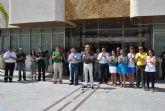 El Ayuntamiento de San Javier guarda un minuto de silencio en memoria de las víctimas del accidente de Santiago