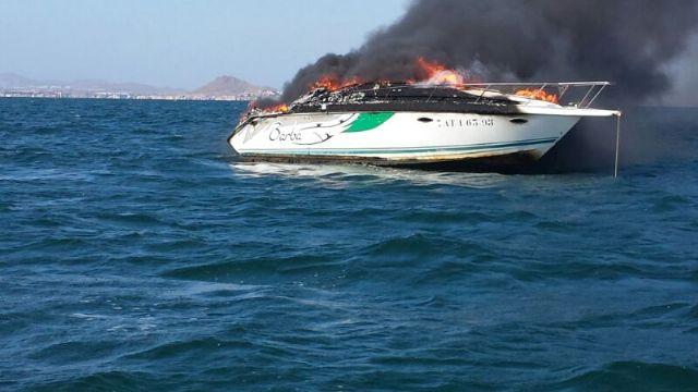 Efectivos de Protección Civil de San Javier rescatan a los ocupantes de un barco que se incendió en el Mar Menor - 1, Foto 1