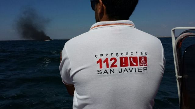 Efectivos de Protección Civil de San Javier rescatan a los ocupantes de un barco que se incendió en el Mar Menor - 2, Foto 2