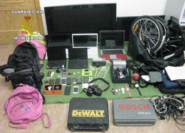 La Guardia Civil detiene a dos personas por más de una quincena de robos en viviendas y vehículos, Foto 1