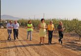 El consejero de Agricultura y Agua y la alcaldesa de Puerto Lumbreras supervisan las obras de mejora en caminos rurales de la pedanía de La Estación-Esparragal
