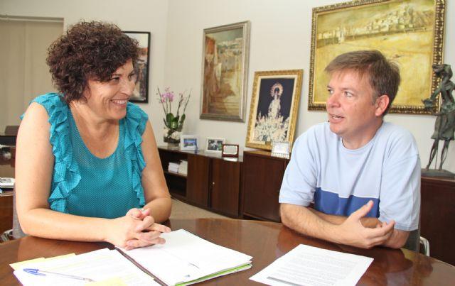La nueva Alcaldesa mantiene la primera reunión con el párroco del municipio para planificar campañas en colaboración con Cáritas Parroquial - 1, Foto 1