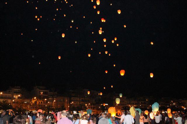 Miles de deseos solidarios iluminan el cielo a beneficio de