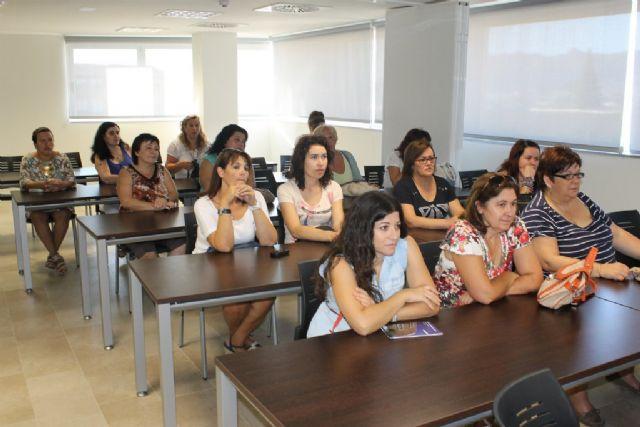 Arranca el curso de ´auxiliar socio sanitario´ impartido por FADEMUR, Foto 2