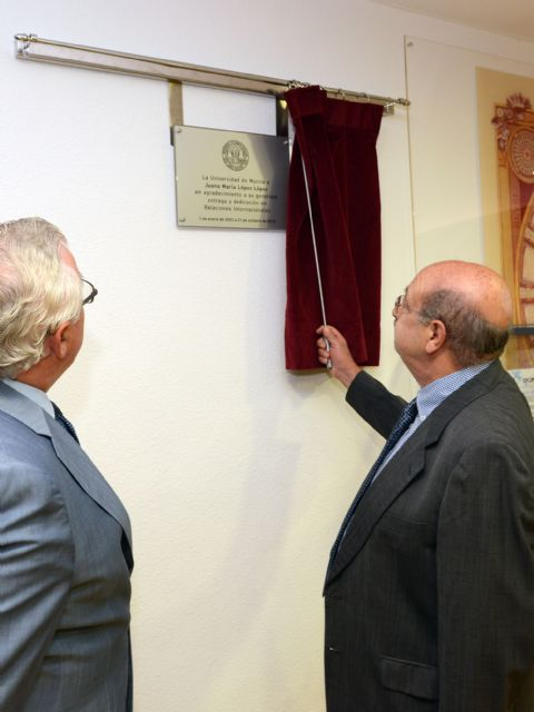 La Universidad de Murcia pone el nombre de una PAS fallecida a una sala de Relaciones Internacionales - 1, Foto 1