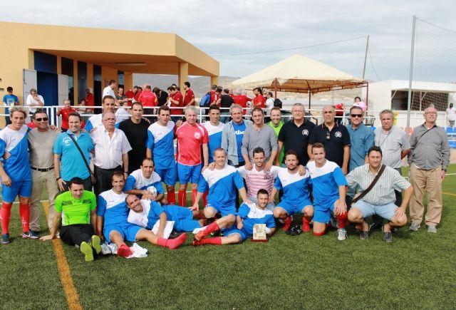 Los futbolistas veteranos reúnen gran cantidad de material educativo para el aula hospitalaria de