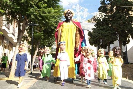 Los Gigantes y Cabezudos recorren ayer las principales calles de Alhama, Foto 1