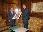 El alcalde de La Unión entrega al presidente de la Asamblea una serigrafía del cartel anunciador de Eduardo Arroyo