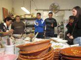 Usuarios del Centro de Día 'José Moyá Trilla' visitan la alfarería 'El Poveo'