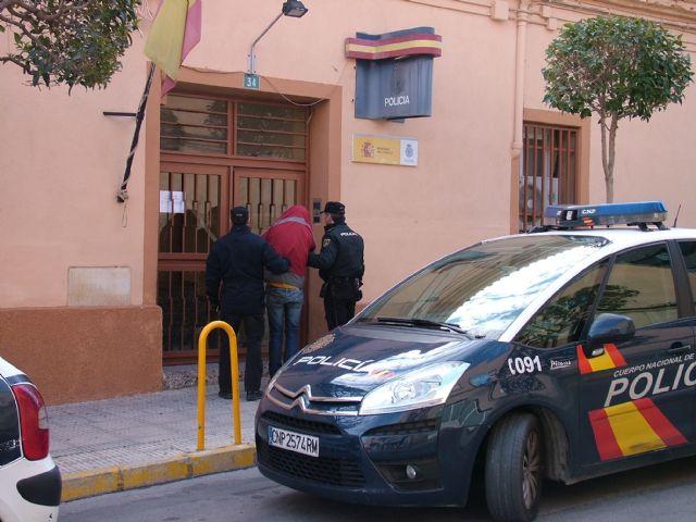 Atracaron la gasolinera tras golpear brutalmente a un empleado del establecimiento - 1, Foto 1