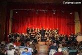 La Agrupación Musical de Totana y la Coral Santiago deleitaron al público que se congregó en el teatro de 'La Cárcel'