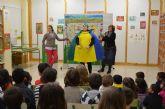 Un contenedor muy especial sorprende a los niños en las aulas de los colegios de San Javier