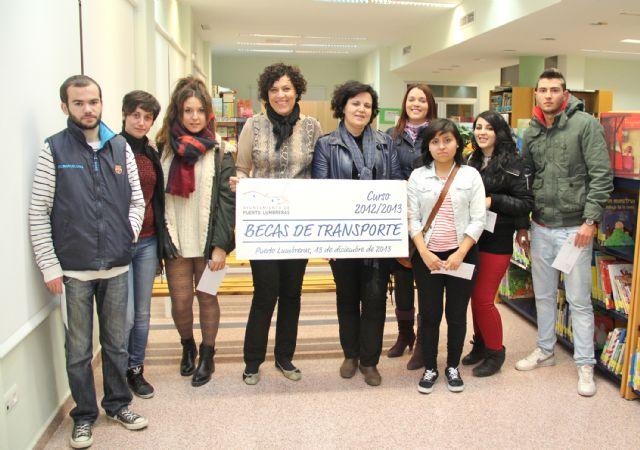 El Ayuntamiento entrega becas para transporte escolar a estudiantes lumbrerenses - 1, Foto 1