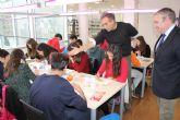 Pedro Cano enseña a los escolares de Mazarr�n a pintar en acuarela