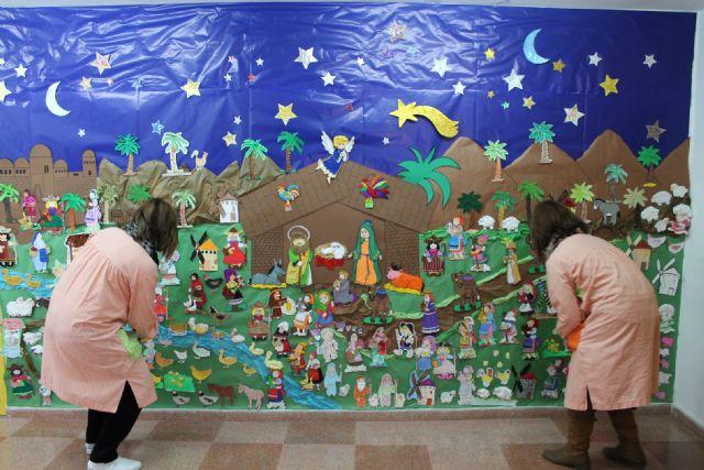 Los pequeños alumnos y familiares de la Escuela Infantil Colorines han elaborado un mural navideño, entre otras muchas actividades - 1, Foto 1