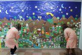 Los pequeños alumnos y familiares de la Escuela Infantil 'Colorines' han elaborado un mural navideño, entre otras muchas actividades