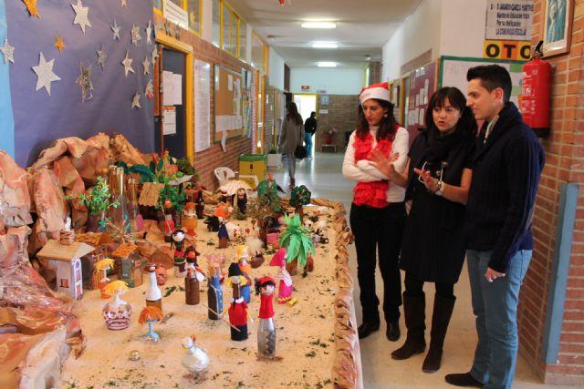El colegio Alcolea Lacal de Archena expone, un año más, su original Belén elaborado con objetos de vidrio - 1, Foto 1