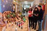 El colegio Alcolea Lacal de Archena expone, un año más, su original Belén elaborado con objetos de vidrio