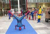 Los superhéroes también colaboran con la montaña de juguetes
