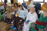 Autoridades municipales visitan a las personas mayores para felicitarles la Navidad