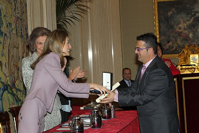 The totanero Juan Carrión, President of ERDF Gold Cross collects Social Solidarity hand of Her Majesty Queen Sofia