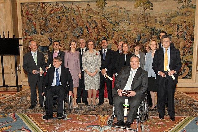 El totanero Juan Carrión, Presidente de FEDER, recoge la Cruz de Oro de la Solidaridad Social de la mano de Su Majestad la Reina Sofía, Foto 3