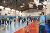 Los pequeños del Virgen del Carmen practican el basket con sus ídolos
