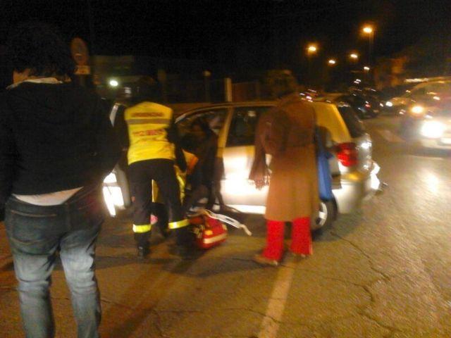 El Servicio Municipal de Emergencias traslada a una mujer tras un accidente por colisión, Foto 1