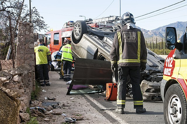 Effective Emergency attend three injured in an accident in which a car overturned on the road to La Santa, Foto 1