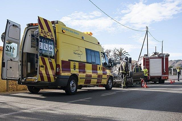 Efectivos de Emergencias asisten a tres heridos en un accidente en el que volc� un veh�culo en la carretera de La Santa, Foto 2