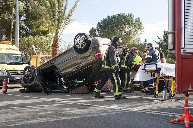Efectivos de Emergencias asisten a tres heridos en un accidente en el que volc� un veh�culo en la carretera de La Santa, Foto 3