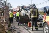 Efectivos de Emergencias asisten a tres heridos en un accidente en el que volcó un vehículo en la carretera de La Santa