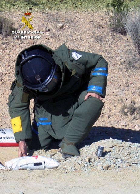 La Guardia Civil destruye más de 200 artefactos explosivos durante el año 2013 - 2, Foto 2