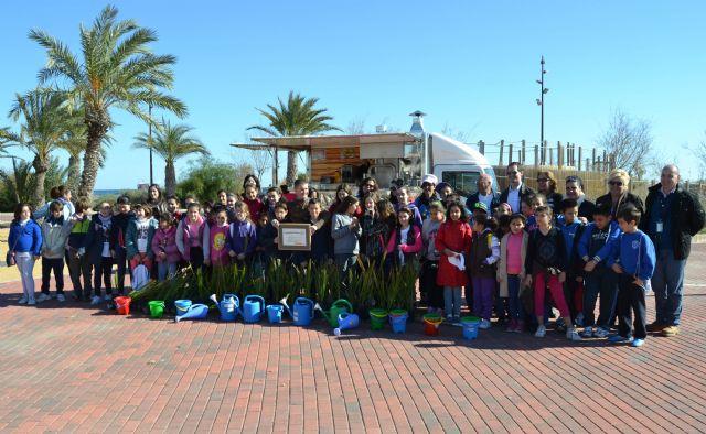 Escolares plantan 50 palmeras en el Parque Regional con motivo del Día Mundial de los Humedales - 1, Foto 1